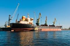 Het grote schip leegmaken in scheepswerf Stock Foto