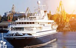 Het grote Schip van de Cruise Logistiek en vervoer van Containerlading royalty-vrije stock foto
