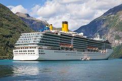 Het grote schip van de luxecruise in de fjorden van Noorwegen Stock Foto's