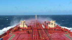 Het grote schip verplettert golven in het overzees stock footage