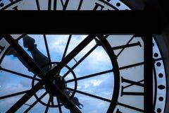 Het grote silhouet van de torenklok op blauwe hemelachtergrond Royalty-vrije Stock Afbeeldingen