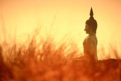 Het grote standbeeld van Boedha bij schemering, Wat muang, Thailand Royalty-vrije Stock Afbeeldingen