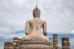 Het grote standbeeld van Boedha en mooie achtergrond stock fotografie