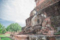 Het grote standbeeld van Boedha en mooie achtergrond stock foto