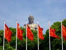 Het grote standbeeld van Boedha in Lingshan met vlaggen in de voorzijde Stock Foto