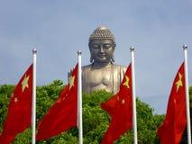 Het grote standbeeld van Boedha in Lingshan met vlaggen in de voorzijde Stock Afbeelding