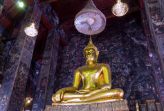 Het grote standbeeld van Boedha mooi in de kerk van Suthat Wat Stock Foto's