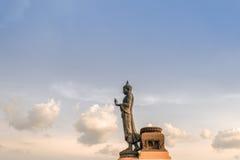 Het grote standbeeld van Boedha op wolkenhemel Royalty-vrije Stock Fotografie