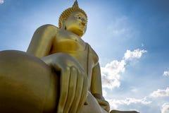 Het grote standbeeld van Boedha in Wat muang, Thailand Stock Foto