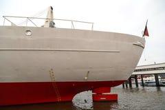Het grote teken van de schipwaterlijn in Haven van Hamburg Stock Afbeeldingen