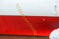 Het grote teken van de schipwaterlijn in Haven van Hamburg Stock Foto