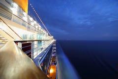 Het grote verlichte cruiseschip berijden in avond. Royalty-vrije Stock Afbeelding