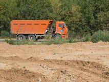 Het grote vrachtwagen drijven op een weg Stock Afbeelding