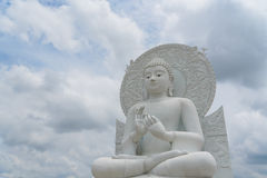 Het grote witte beeld van Boedha Stock Foto