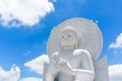 Het grote Witte beeld van Boedha in Saraburi, Thailand Stock Foto's
