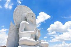 Het grote Witte beeld van Boedha in Saraburi, Thailand Royalty-vrije Stock Afbeeldingen