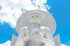 Het grote Witte beeld van Boedha in Saraburi, Thailand Stock Foto