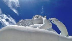 Het grote witte beeldhouwwerk van Boedha onder blauwe hemel en witte wolk Stock Afbeelding