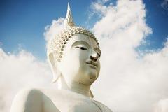 Het Grote Witte standbeeld van Boedha, Thailand Stock Foto