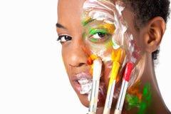 Het haar Afrikaanse Amerikaanse vrouw van Hort met geschilderd gezicht Royalty-vrije Stock Fotografie