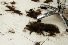 Het haar van de besnoeiing op de vloer stock afbeeldingen