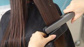 Het haar van de keratineterugwinning en eiwitbehandelingsstapel met professioneel ultrasoon ijzerhulpmiddel Het concept maakt kuu stock footage