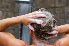 Het haar van de mensenwas met shampoo stock afbeeldingen