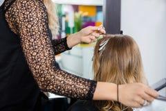 Het Haar van kapperhighlighting customer in Salon stock foto