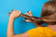 Het haarconcept van het schadeprobleem Brunette, schaar, kapsel stock afbeeldingen