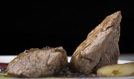 Het haasbiefstuk met pepersaus, stroopte omhoog geschotene aardappels en twee verschillende plantaardige puree 17close Royalty-vrije Stock Afbeeldingen