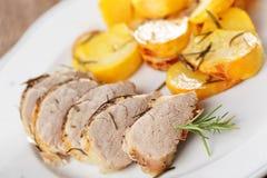 Het haasbiefstuk van het varkensvlees met gebakken raap royalty-vrije stock fotografie