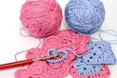 Het haken project met roze en blauw garen royalty-vrije stock foto