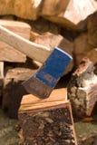 Het hakken van brandhout royalty-vrije stock afbeeldingen