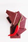 Het hakken van donkere chocolade met verse roodgloeiende bovenkant vi van de Spaanse peperpeper Royalty-vrije Stock Fotografie