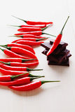 Het hakken van donkere chocolade met verse roodgloeiende Spaanse peperpeper Stock Afbeeldingen