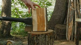 Het hakkende brandhout van de mens stock video