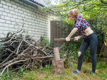 Het hakkende hout van de vrouw Stock Afbeeldingen