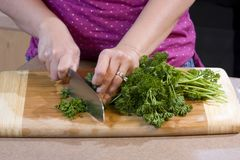 Vrouwen hakkend voedsel in keuken Stock Afbeeldingen