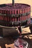 Het halen van druivesap met oude handwijnpers Stock Afbeelding