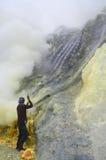 Het halen van zwavel binnen de krater van Kawah Ijen Stock Afbeeldingen