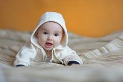 Het halfjaarlijkse oude babymeisje glimlachen Royalty-vrije Stock Afbeelding