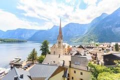 Het Hallstattdorp op Hallstatter ziet in Oostenrijkse alpen stock afbeeldingen