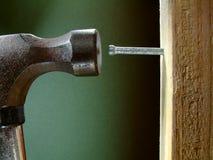 Het hameren van een Spijker Stock Foto's