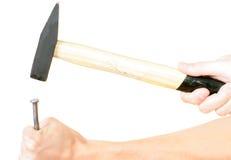 Het hameren van een spijker in houten plank. royalty-vrije stock foto