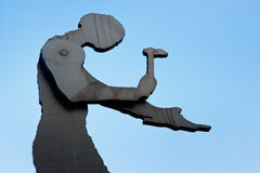 Het hameren van het Beeldhouwwerk van de Mens in Frankfurt Stock Foto's
