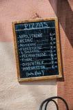 Het hand geschreven teken van de krijtpizza, Frankrijk stock fotografie