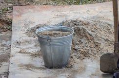 Het hand kneden van cementmortier met een schop royalty-vrije stock afbeeldingen