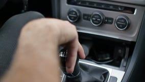 Het hand langs veranderde toestel van de autoverschuiving dient automobiel binnenland in stock videobeelden