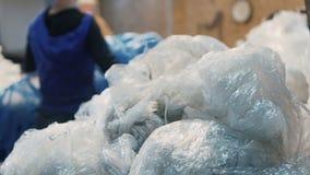 Het hand sorteren van huisvuil in de vorm van polyethyleen voor verder afval recycling stock video