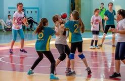 Het handbal van het jonge geitjesspel binnen Sporten en fysische activiteit Opleiding en sporten voor kinderen royalty-vrije stock foto's